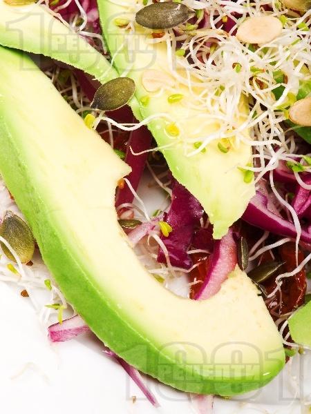 Салата с авокадо, сушени домати и кълнове - снимка на рецептата